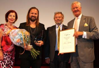 Max Martin får prispokal för Årets Svensk i Världen 2015