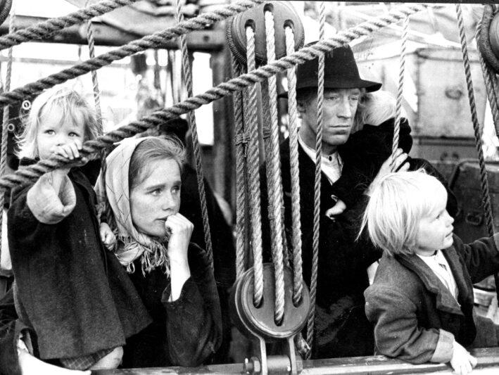 """Arkiv 1969  Liv Ullman som Kristina och Max von Sydow som Karl Oskar i Jan Troells film """"Utvandrarna"""", som bygger på Wilhelm Mobergs roman.  Foto Skånereportage code 36101  COPYRIGHT SCANPIX SWEDEN"""