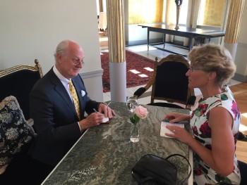 Staffan de Mistura utstrålar en ödmjukhet, omtanke och uppriktighet som få. På bilden intervjuas han på Grand Hôtel av Ellika Nyqvist Livchitz. Foto: Marika Tornberg.